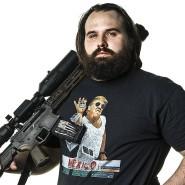"""Cliff Broussard (30) und Thor Delcambre (29), Waffenhersteller.  Carencro, Louisiana. Cliff: """"Wenn du in der Stadt lebst, hast du keine Hobbys wie Jagen. Du schießt nicht in deiner Freizeit, du übst nicht zielen oder solche Sachen. Als Zeitvertreib, weißt du. Ich meine, Waffen sind wie Baseball. Das ist amerikanisch."""" Thor: """"Wenn man sich die großen Städte wie Detroit oder New York anschaut, die Menschen dort glauben nicht daran, dass man eine Schusswaffe besitzen sollte. Na ja, dabei ist das einer der unsichersten Orte, wo man sein kann. Sie werden von Kriminellen mit Schusswaffen angegriffen und haben selbst keine, um sich zu schützen. Und in den meisten Fällen würde kein Waffengesetz verhindern, was längst passiert ist. Und so denke ich, den Zugang zu Waffen schwieriger zu machen …"""" Cliff: """"…macht die Leute auch weniger sicher."""""""