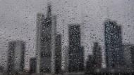 Verregnete Skyline: In Frankfurt sollte man das Wetter besser überdacht genießen.
