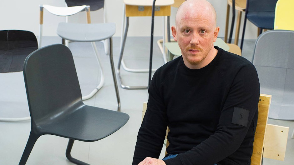 Alles nur Prototypen: Steffen Kehrle ist mit seinen Entwürfen noch nicht restlos zufrieden, auch nicht mit dem umgedrehten Freischwinger aus dem 3D-Drucker.