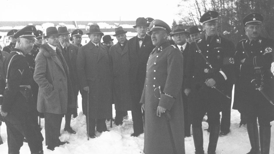 Heinrich Himmler mit August Rosterg im KZ Dachau