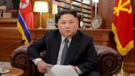 Kann vor Selbstbewusstsein kaum laufen, sitzt dafür umso bequemer im Ledersessel: Nordkoreas Diktator Kim Jong-un.