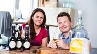 Kathy Gabel und Jörg Iversen von Besserbrauer verkaufen in Hamburg Brau-Sets mit denen Kunden ihr Bier zuhause selbst brauen können.