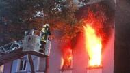 Feuerwehrleute bekämpfen einen Brand in einem Wohnhaus in Essen (Archivbild).