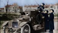 Frankreich experimentiert bei der Luftabwehr. Hier wurde ein Maschinengewehr auf ein Panzerfahrzeug montiert. Kolorierte Aufnahme von 1916.