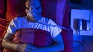 Schlafen im Dienste der Wissenschaft: Eine Maske soll den Verschluss der Atemwege verhindern.