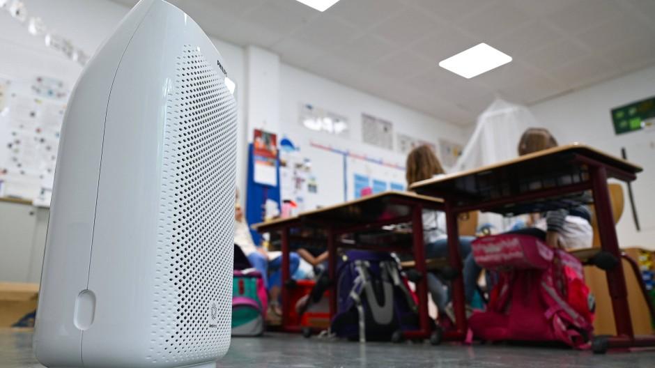 Dicke Luft: Spezielle Filtergeräte sollen das Infektionsrisiko in Klassenzimmern und Kita-Räumen verringern. Aber wie viele sind nötig und wie groß müssen sie sein?