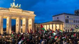 Palästinenser demonstrieren vor amerikanischen Botschaft in Berlin