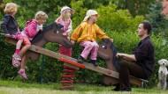 Wipp-Lounge für die Kinder: Väter sind auf Spielplätzen noch immer unterrepräsentiert, zumindest werktags.