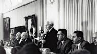 14. Mai 1948: David Ben Gurion verliest vor geladenen Gästen die Unabhängigkeitserklärung im Saal des Kunstmuseums von Tel Aviv.