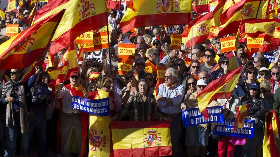 Die Einheit Spaniens steht auf Spiel: Tausende Menschen haben am Samstag für den Zentralstaat und gegen eine Abspaltung Kataloniens demonstriert.