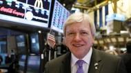 Im Handelssaal der New Yorker Börse: Volker Bouffier will amerikanische Banker von Frankfurt überzeugen.