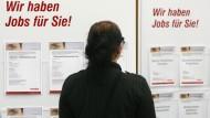 Befristetes Engagement: Stellenausschreibungen auf einer Zeitarbeitsmesse.