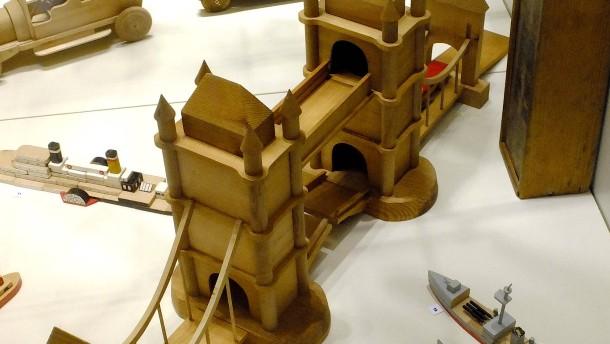 Hochhäuser und Panzer aus dem Baukasten