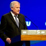 Der Höhepunkt der Eskalation: Auf offener Bühne widerspricht CSU-Chef Seehofer im November 2015 Kanzlerin Merkel.