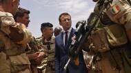 """Frankreichs Präsident Emmanuel Macron trifft im Mai 2017 Soldaten der Operation """"Barkhane""""."""