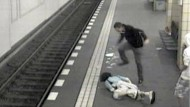 Von der Überwachungskamera festgehalten: Angriff auf einen Mann im Berliner U-Bahnhof Friedrichstraße. Der Täter wurde identifiziert.