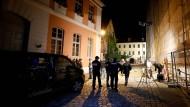 Polizisten sichern nach dem Anschlag in Ansbach den Tatort.