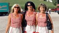 Ist das ein volkstümlicher Kleidungsstil? Drei Grazien beim Kastelruther Spatzenfest 2005