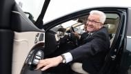 Lieber mehr Auto als weniger: Als Dienstwagen fährt der baden-württembergische Ministerpräsident Winfried Kretschmann die S-Klasse von Daimler, natürlich mit Hybridantrieb.