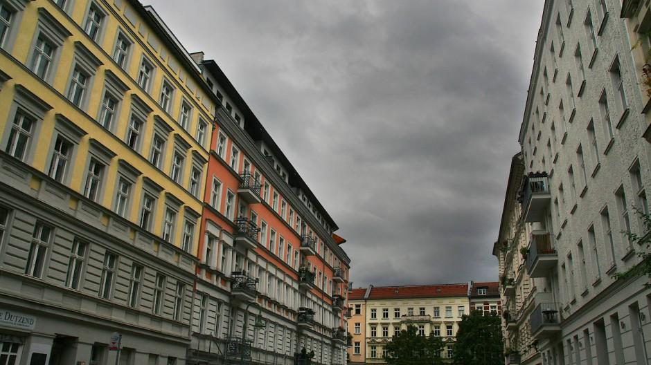 Dunkle Wolken über Mehrfamilienhäusern aus der Gründerzeit im Prenzlauer Berg (Archivbild)