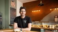 """Man setzt auf ein schmales, aber markantes Sortiment: Moti Barac in seinem Bäckerei-Café """"Morcolade"""" in Frankfurt."""