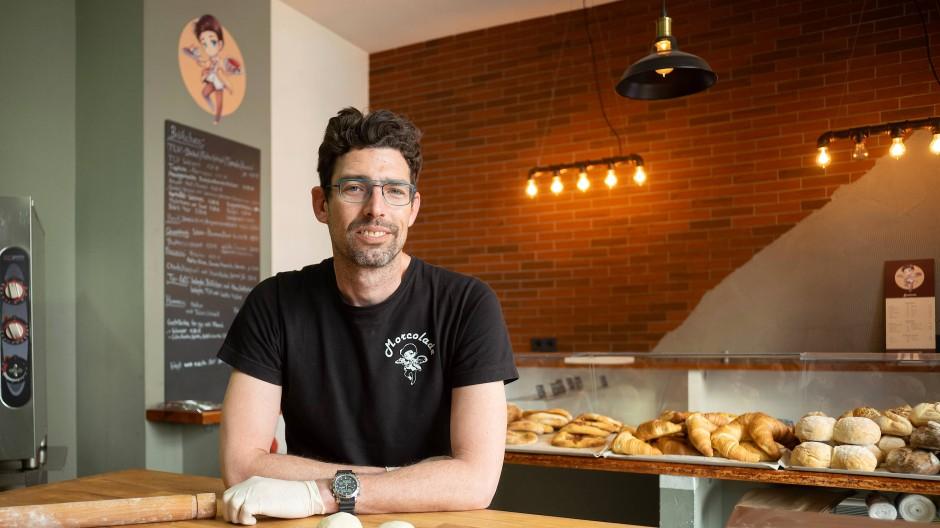 Man setzt auf ein schmales, aber markantes Sortiment: Moti Barac in seinem Bäckerei-Café Morcolade in Frankfurt.