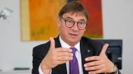 Volker Jung, EKHN-Präsident verlangt, dass sich die evangelische Kirche stärker in junge Menschen hineinversetzt.
