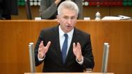 Andreas Pinkwart (FDP) befürchtet, dass Betriebe der Chemie-, Stahl- und Aluminiumbranche zu den Verlieren des Kohleausstiegs gehören.