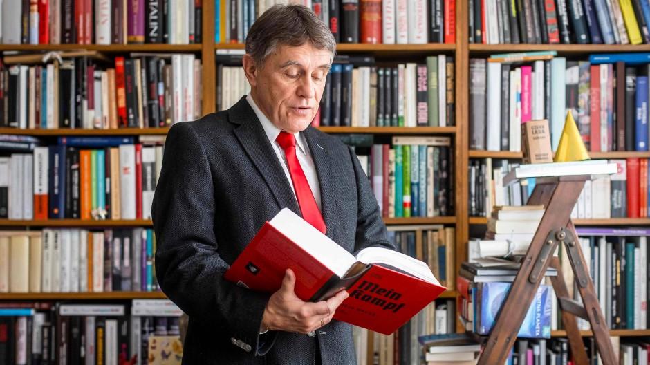 Eugeniusz Cezary Król hat Mein Kampf ins Polnische übersetzt und kommentiert.