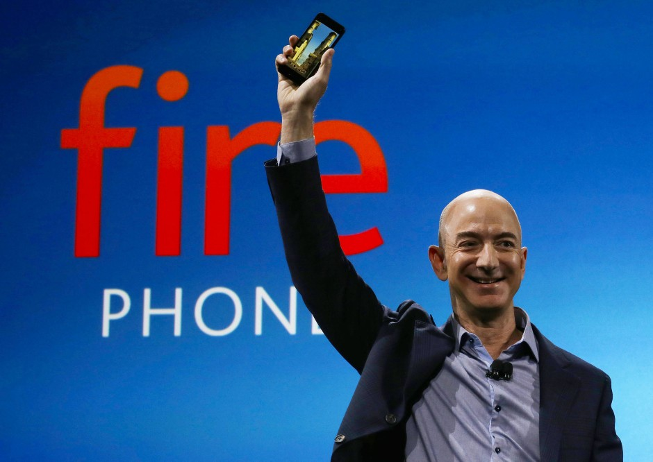 """Flop mit dem """"Fire Phone"""": Bezos hat sich mit der Entwicklung eines eigenen Smartphones wirtschaftlich die Finger verbrannt."""