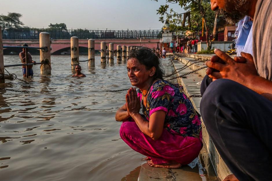 Rani, die Witwe eines 37-jährigen Kanalreinigers trauert am Ufer des Ganges um ihren Mann. Jeden fünften Tag ereignet sich ein tödlicher Arbeitsunfall bei Kanalarbeiten in Indien .