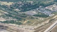 Luftbildaufnahme von Pödelwitz bei Leipzig. Davor der Tagebau der Mitteldeutschen Braunkohlegesellschaft Mibrag.