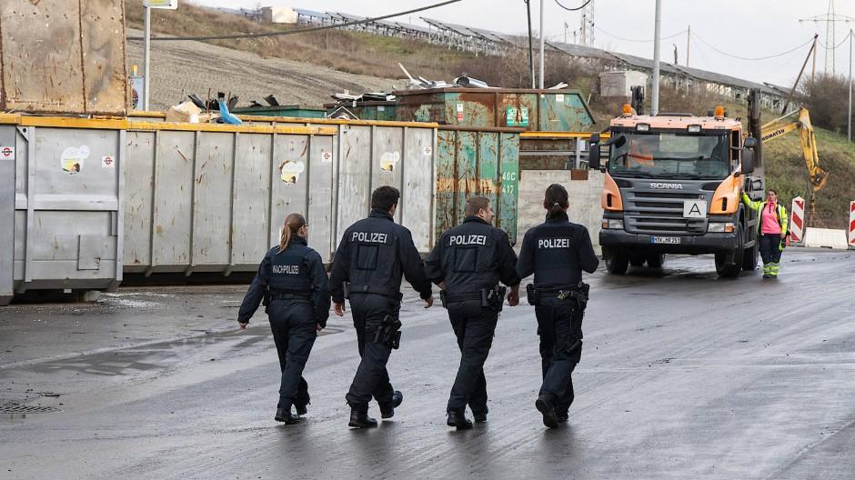 Spurensuche: Polizisten in Januar 2020 auf der Mülldeponie Flörsheim-Wicker; bei der Suche nach Überresten der Leiche von Iryna U.
