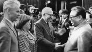 Nordkoreas Staatsgründer Kim Il-sung (r.) zu Besuch in Dresden im Juni 1984. Begrüßt wird er von Hans Modrow und Horst Sindermann, dazwischen die Dolmetscherin Helga Picht.