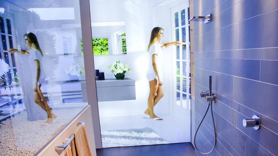 Eine ebenerdige und großräumige Dusche gehört zur barrierefreien Immobilie dazu.