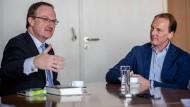"""""""Der Homo oeconomicus ist ein durchaus erfreulicher Geselle"""": Marc Elsberg (rechts) und Lars Feld beim Streitgespräch"""