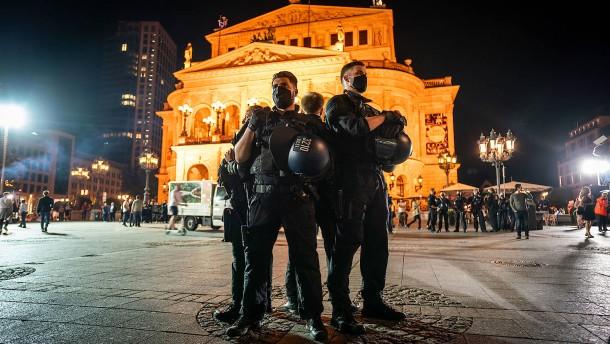Party, Polizei und Diskussion