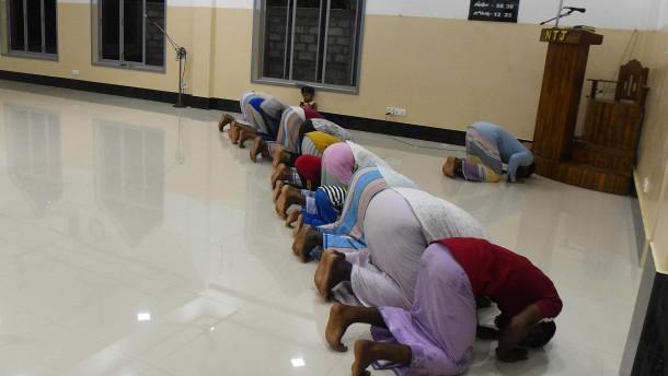 Gläubige sollen Kirchen und Moscheen weiterhin meiden