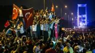 Türkische Bürger gingen in der Nacht vom 15. Juli 2016 gegen den versuchten Militärputsch auf die Straße, wie hier in der Nähe der Fatih-Sultan-Mehmet-Brücke in Istanbul.
