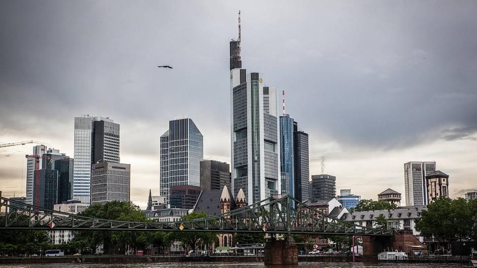 Die Commerzbank umgeben von anderen Banken und vielen, vielen Wolken.