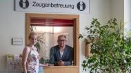 Im Einsatz für die Zeugen: Sozialpädagoge Erik Holschuh und Sozialarbeiterin Janine Ruhe.