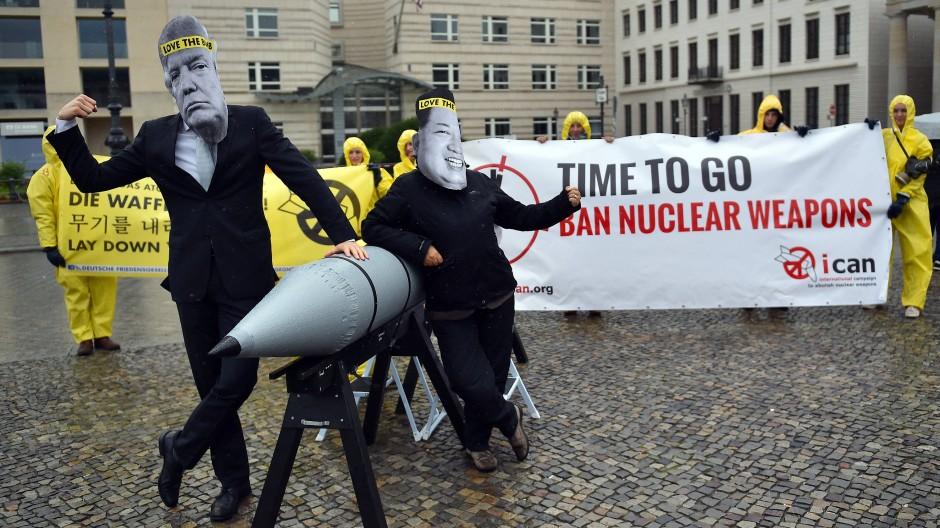 Aktivisten der Internationalen Kampagne zur Abschaffung von Atomwaffen (ICAN) vor der amerikanischen Botschaft in Berlin mit Masken des nordkoreanischen Machthabers Jong-un (r) und des Präsidenten Trump (13.09.2017)