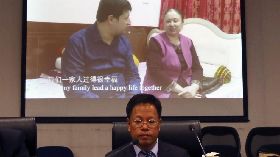 Auf einer Pressekonferenz am 18. März führt das chinesische Außenministerium Videos vor, in denen Uiguren Chinas Minderheitenpolitik loben.