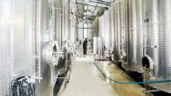 Tankstelle: Im Rüdesheimer Keller des Weinguts Leitz gären die Weine in großen Stahlbehältern.