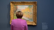 Stets fokussiert – fast immer auf Politik, in diesem Fall auf Kunst: Kanzlerin Angela Merkel