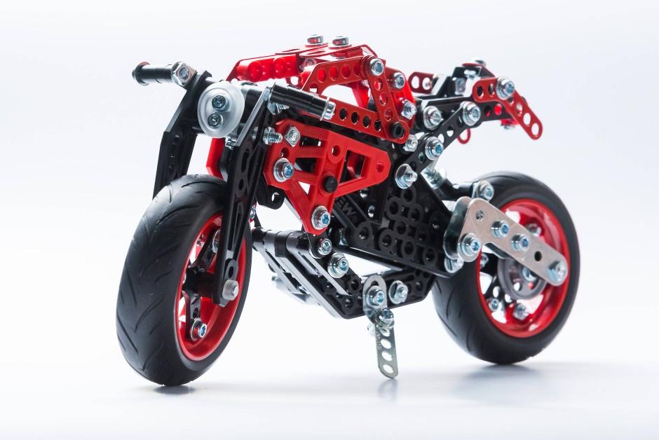 Meccano macht das Monster: Das Modell der Ducati Monster 1200 S wird von Schrauben zusammengehalten.