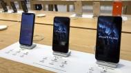 iPhones in einem Apple Store in Boston