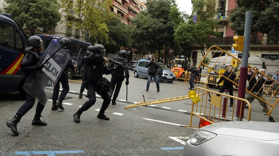 Spanische Polizei geht mit Gummigeschossen gegen Katalanen vor.