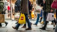 Einkaufstrubel: Passanten auf der Zeil in Frankfurt