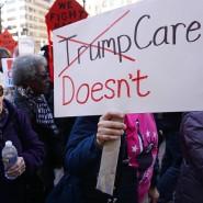 """Menschen demonstrieren vor dem Trump Hotel in New York gegen die geplante Abschaffung von """"Obamacare""""."""